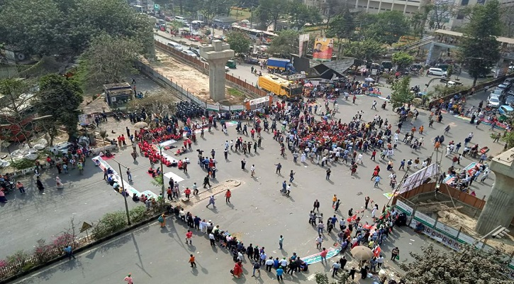 সরকারি চাকরিতে মুক্তিযোদ্ধা কোটা পুনর্বহালের দাবিতে শাহবাগ অবরোধ