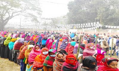 কনকনে শীতে ভোটকেন্দ্রে নারী ভোটারদের উপচে পড়া ভীড়