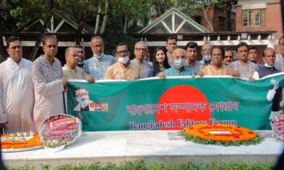 টুঙ্গিপাড়ায় বঙ্গবন্ধুর সমাধীতে বাংলাদেশ সম্পাদক ফোরাম নেতৃবৃন্দের শ্রদ্ধা