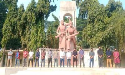 রাবি সাংবাদিকের বিরুদ্ধে 'মিথ্যা' অভিযোগ, মুখে কালো কাপড় বেঁধে প্রতিবাদ