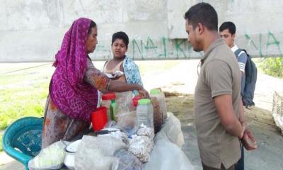 কারো কাছে হাতপাতি না ঝাল মুড়ি বিক্রি করি খাই