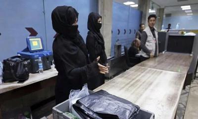 হিজাব পরে কাবুল বিমানবন্দরে কাজে ফিরলেন আফগান নারীরা