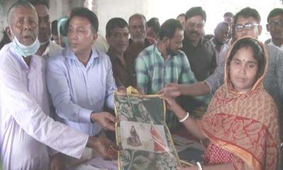 মুকসুদপুরে ১২'শ সনাতন ধর্মাবলম্বী নারীদের মাঝে শাড়ি ও খাদ্য সামগ্রী বিতরণ