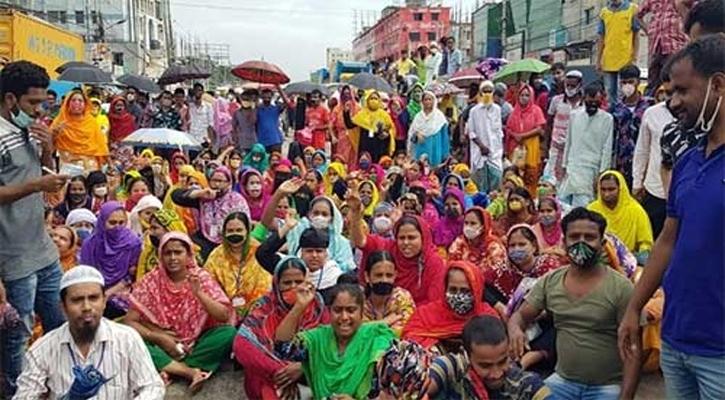 পোশাক কারখানা বন্ধের ঘোষণায়,গাজীপুরে শ্রমিকদের সড়ক অবরোধ