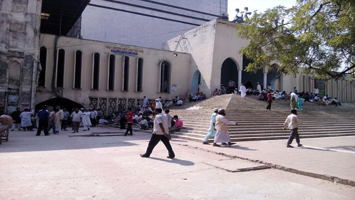 বায়তুল মোকাররমের সামনে ককটেল বিস্ফোরণ
